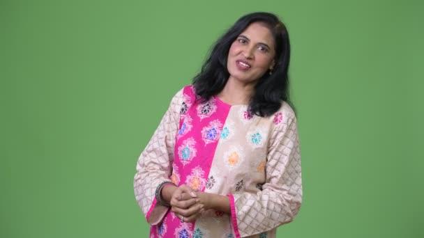 Reife gerne schöne Inderin sprechen vor der Kamera