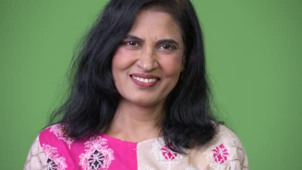 Ältere glücklich schöne indische Frau lächelt, während nickt Kopf ja