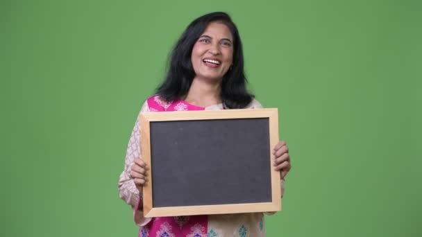 Reife gerne schöne Inderin zeigt Tafel