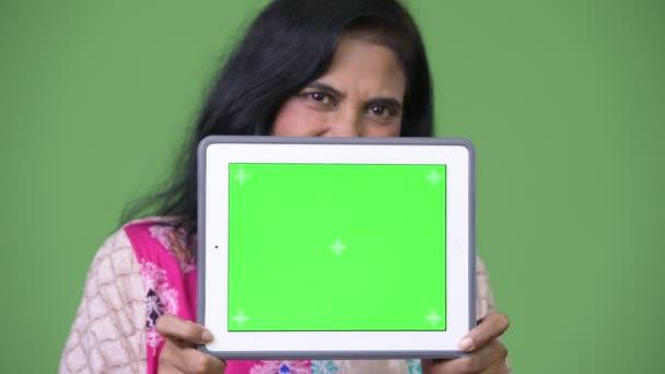 Reife schöne Inderin zeigt digital-Tablette