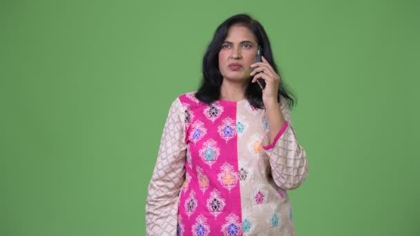 Zralá krásná indiánka myšlení při telefonování
