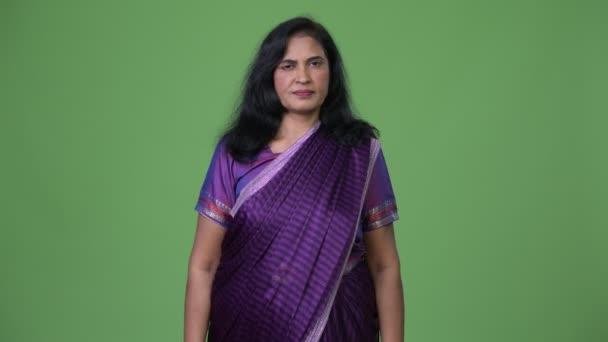 reife schöne indische Frau trägt Sari traditionelle Kleidung