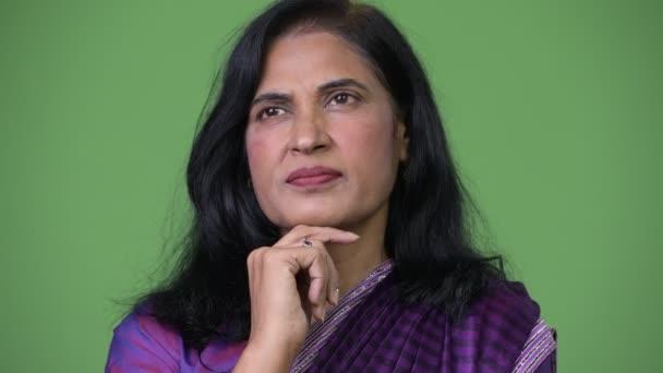 Schuss von Reife schöne Inderin denken während der Tracht Sari hautnah