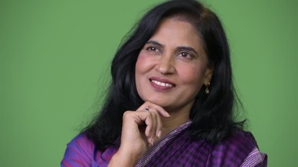 Nahaufnahme von reifen glücklichen schönen indischen Frau denken, während Sari traditionelle Kleidung trägt