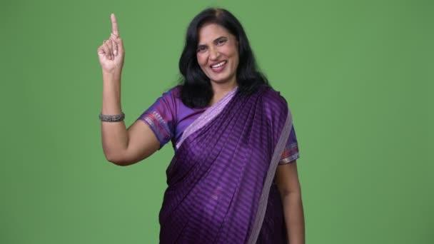 Reife gerne schöne Inderin nach oben während der Tracht Sari
