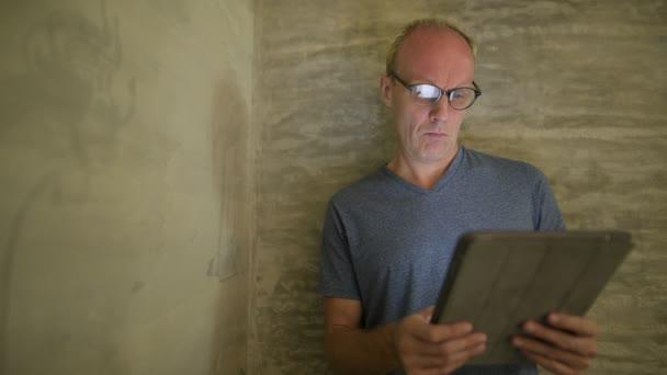 Skandinávské muži doma pomocí digitálních tabletu