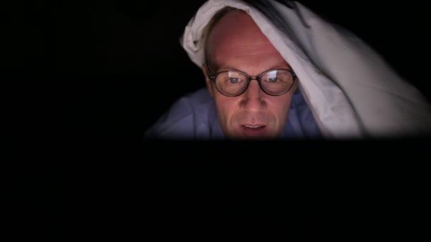 Volwassen scandinavische man kijken porno videos met digitale