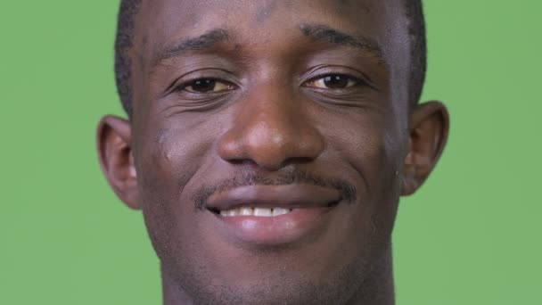 Hlavou střílel šťastný afrického mladíka s úsměvem