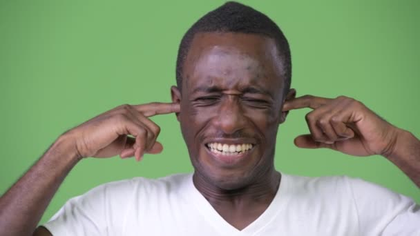 Africký mladík pokrývající uši z hluku