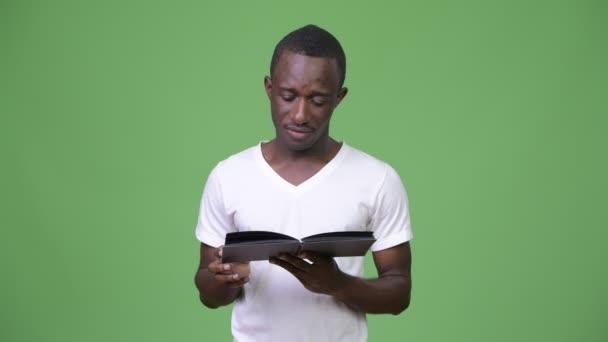 Kniha čtení afrického mladíka a myšlení