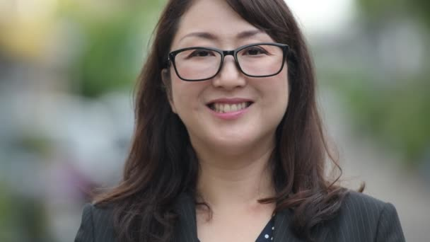 asiatische-schoene-freie-faellige-abbildungfrau