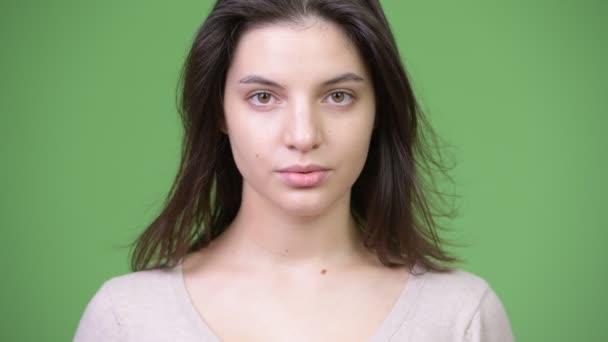 Mladá krásná žena pokrývající oči jako tři moudré opice koncept