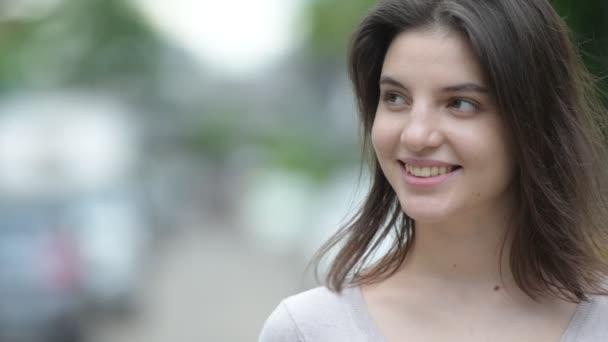 Mladá šťastná krásná žena myšlení v ulicích venku