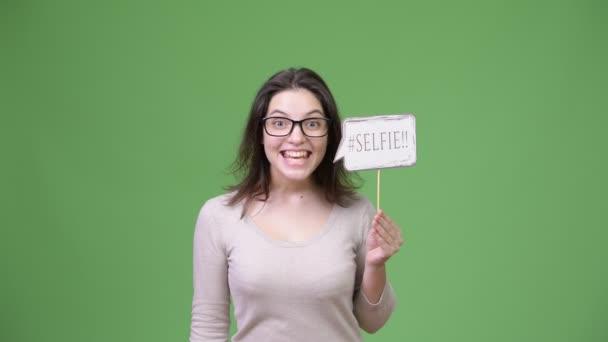 Mladá krásná žena křičí podržíte selfie papíru znamení