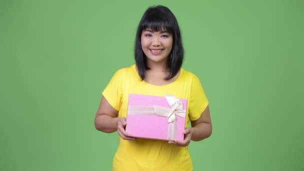 Szép boldog ázsiai nő gazdaság díszdobozban