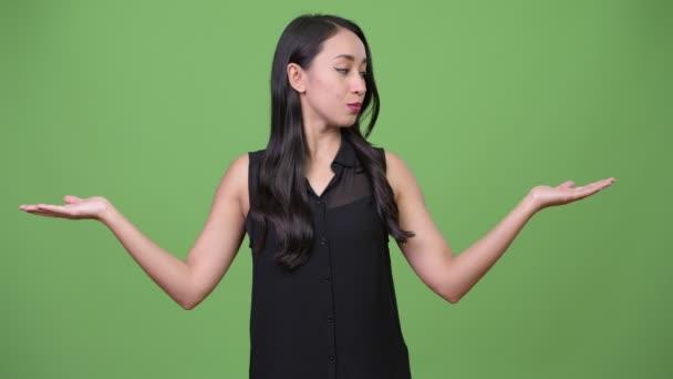Fiatal gyönyörű ázsiai üzletasszony, választás között a bal és jobb