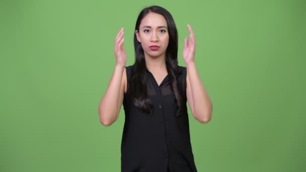 Mladé krásné asijské podnikatelka pokrývající uši jako tři moudré opice koncept
