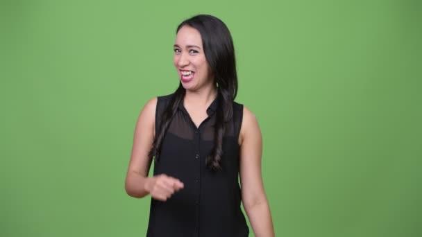 Mladé krásné asijské podnikatelka mluví do kamery