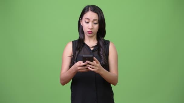 Mladý krásný asijské businesswoman pomocí telefonu
