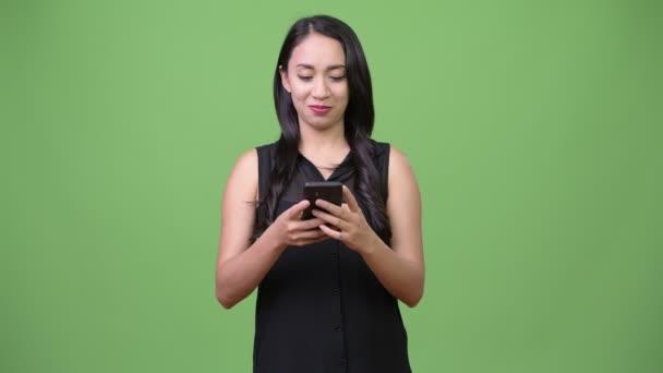 Jung hübsch asiatisch unternehmerin using phone