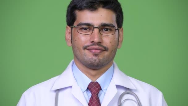 Mladý pohledný muž perský lékař s úsměvem