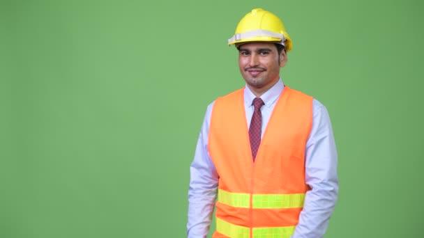 Mladý pohledný muž perský stavební dělník něco dávat