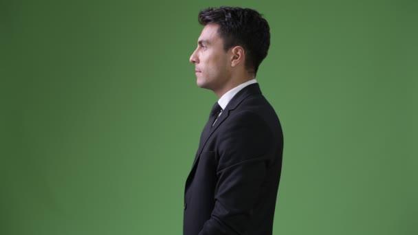 Fiatal jóképű spanyol üzletember zöld háttér