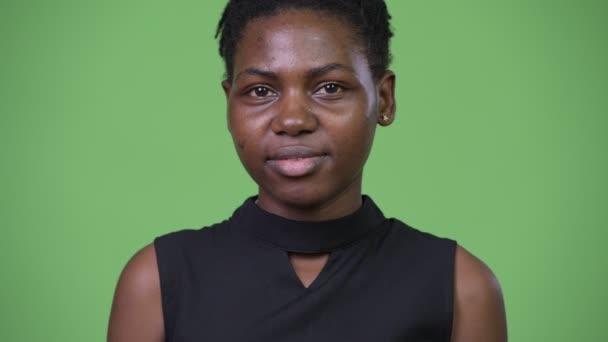 Mladý šťastný krásné africké podnikatelka s úsměvem