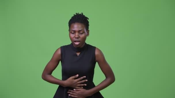 Mladé krásné africké podnikatelka s bolest žaludku