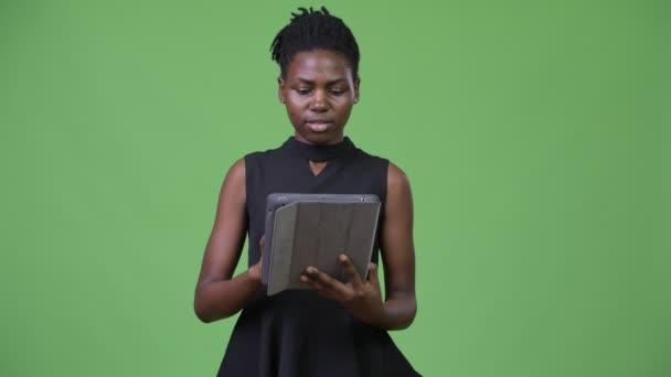 Fiatal gyönyörű afrikai üzletasszony, digitális tábla használata