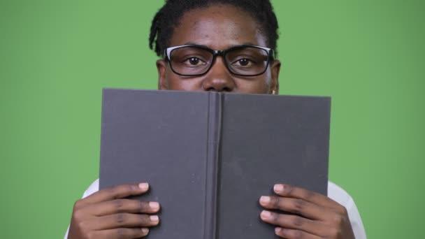 Fiatal gyönyörű afrikai üzletasszony, amely szembenéz könyv