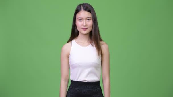 Mladé krásné asijské podnikatelka dává palec