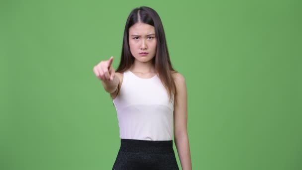 Mladé krásné asijské podnikatelka ukazující na fotoaparát