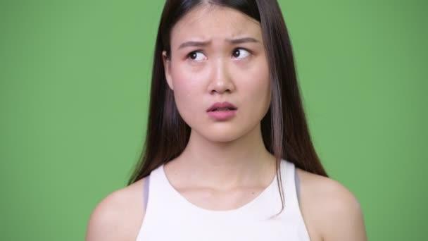 Fiatal gyönyörű ázsiai üzletasszony, amely száját, miközben a bűnös látszó