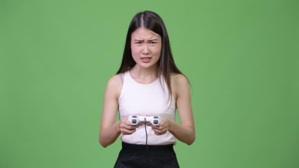 Mladé krásné asijské podnikatelka hraní her