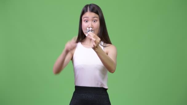 Fiatal gyönyörű ázsiai üzletasszony játszó izgul tárcsa