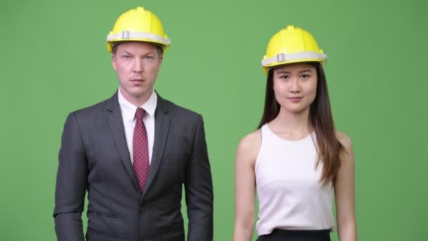 Mnohonárodnostní obchodních pár jako inženýři dohromady