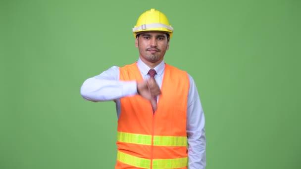 Mladý pohledný muž perský stavební dělník dává palec dolů