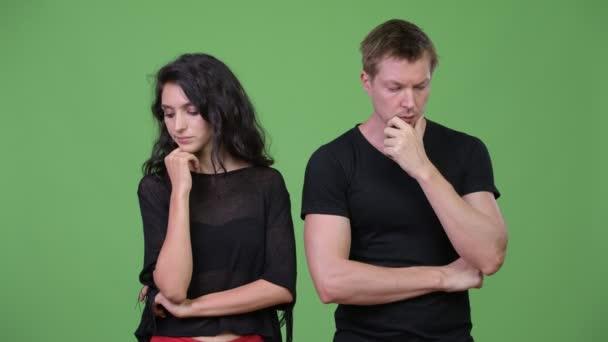 fiatal pár gondolkodás együtt