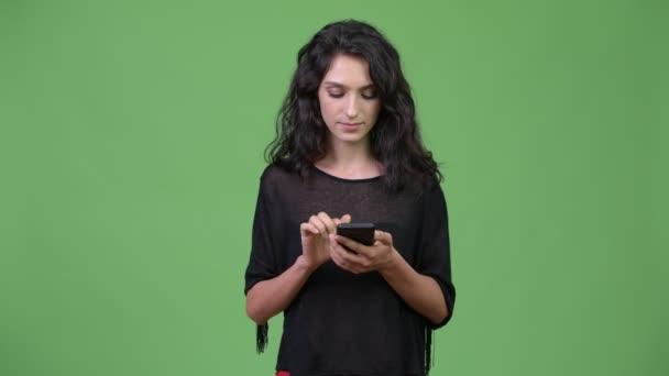 Mladá krásná žena pomocí telefonu