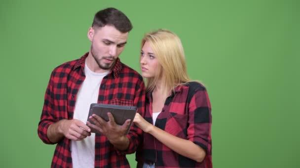 mladí manželé společně pomocí digitálních tabletu