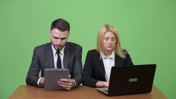 Mladá zdůraznil obchodní pár společně pomocí přenosného počítače a získání špatné zprávy