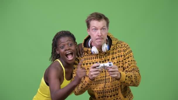 Mladý multi-etnický pár hraní her