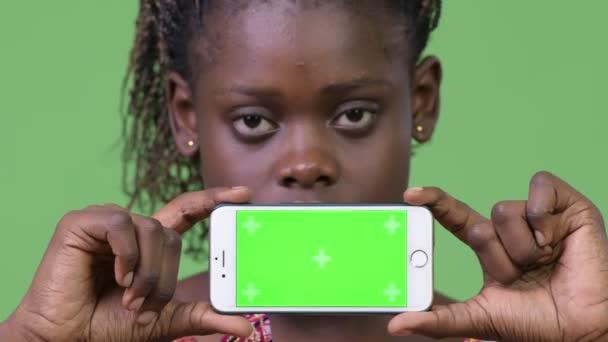 Mladá Afričanka zobrazeno telefon