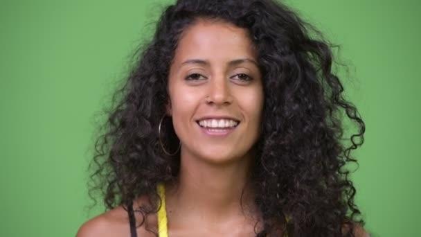 Fiatal boldog szép spanyol nő beszél