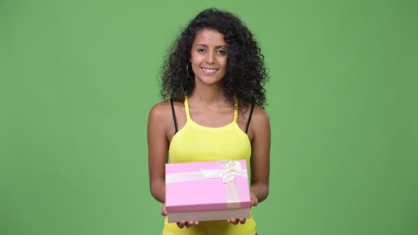 Mladá šťastná krásná hispánské žena s dárkovou krabičku