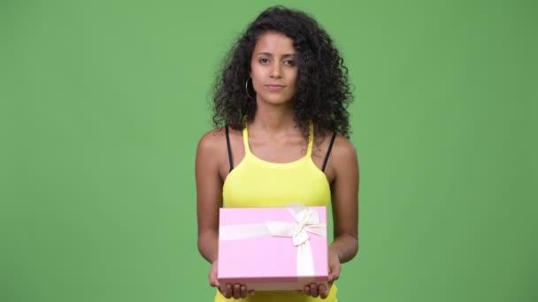 Fiatal gyönyörű spanyol nő gondolt a díszdobozban