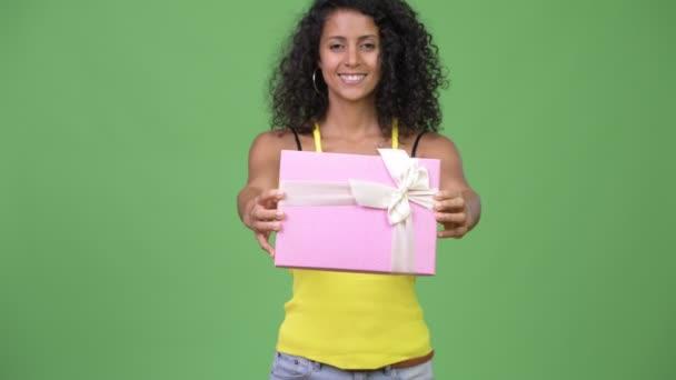 Mladá krásná žena hispánský dávat krabičky