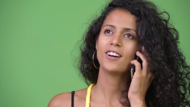 Mladá krásná žena hispánský mluvil po telefonu
