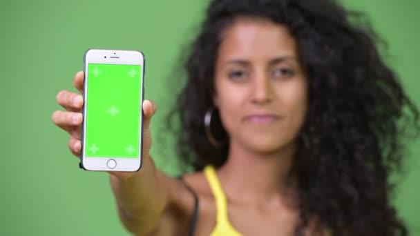 Mladé krásné hispánské žena zobrazeno telefon